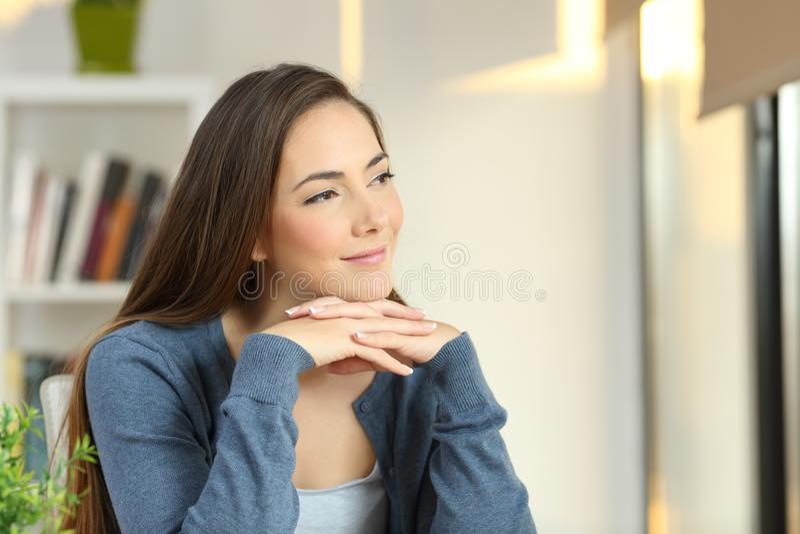 Уверенно задумчивая женщина смотря сторону дома стоковое фото