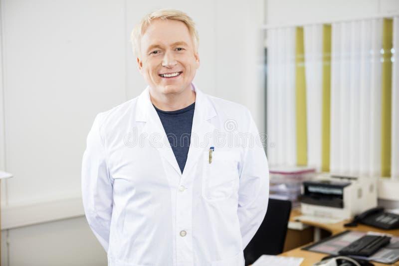 Уверенно зрелый доктор Smiling В Клиника стоковое изображение