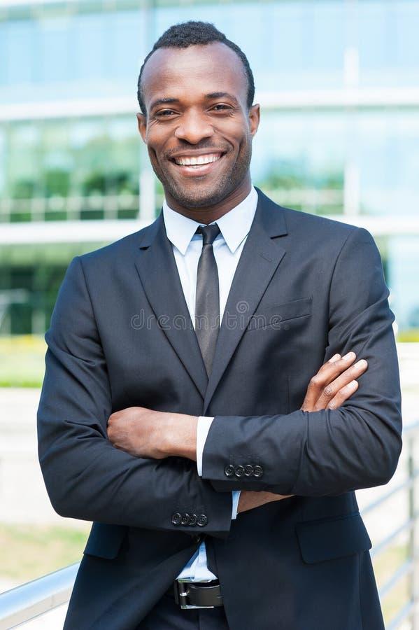Download Уверенно и успешный бизнесмен Стоковое Изображение - изображение насчитывающей жизнерадостно, красиво: 40584337