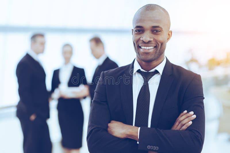 Уверенно и успешный бизнесмен стоковое фото rf