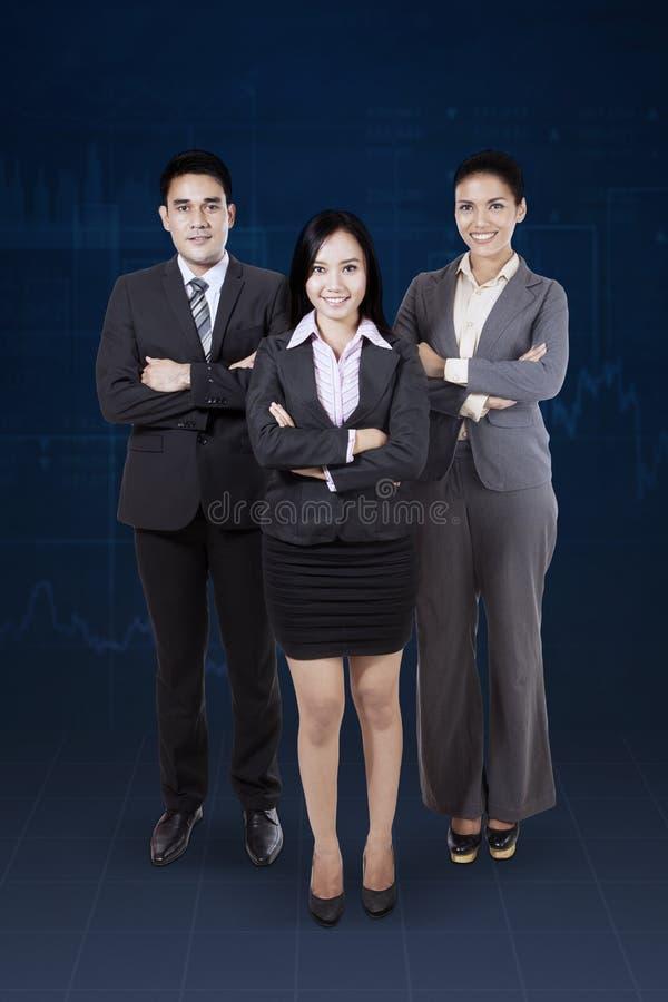 Уверенно команда дела стоя совместно стоковые изображения