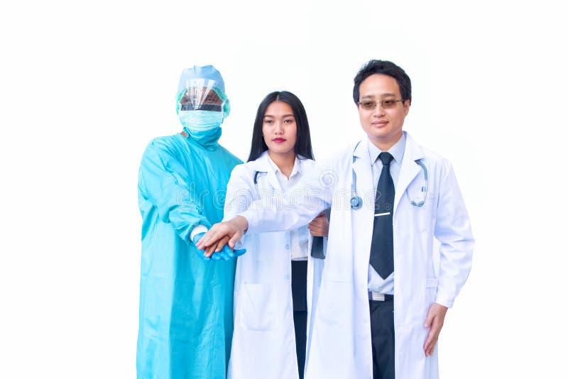 Уверенно команда докторов держа их руки совместно стоковые изображения