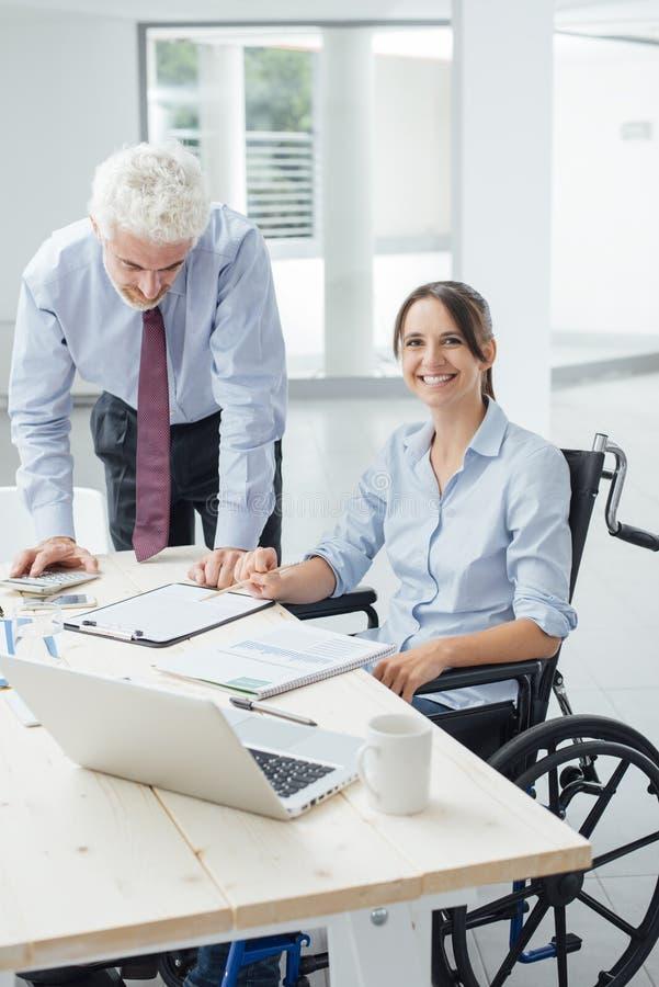 Уверенно коммерсантка в кресло-коляске стоковое фото rf