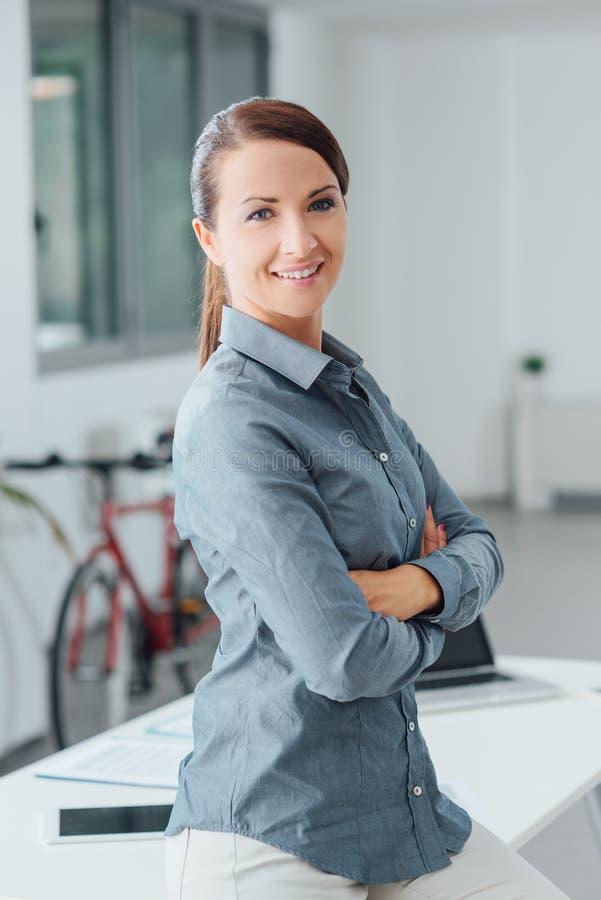 Уверенно красивый представлять бизнес-леди стоковое изображение