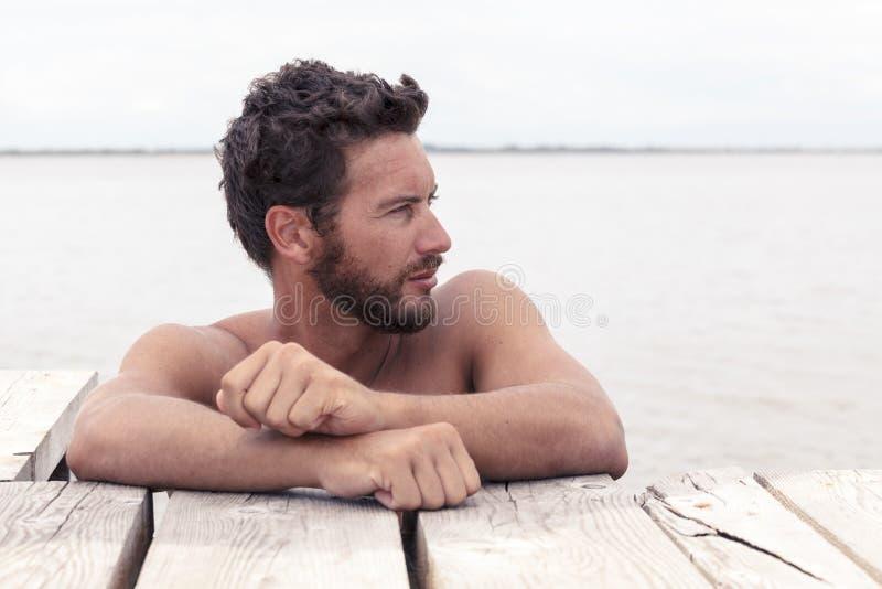 Уверенно красивый человек без рубашки стоковое изображение rf