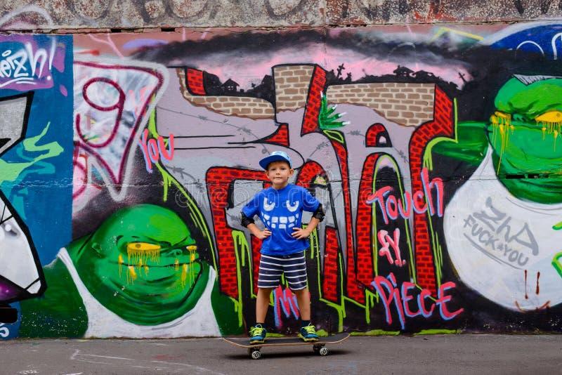 Уверенно мальчик представляя на его скейтборде стоковая фотография