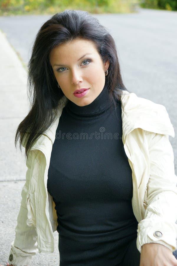 Уверенно молодая женщина outdoors Красивый, беспечальный стоковые фото