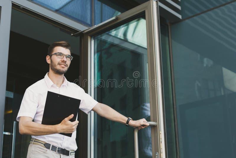 Уверенно молодой бизнесмен на деловом центре стоковое изображение rf