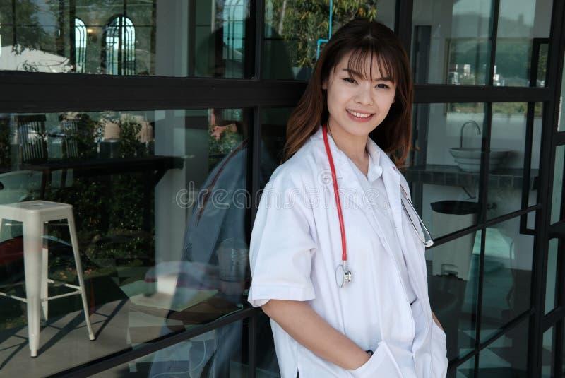 Уверенно молодой женский доктор усмехаясь на камере Портрет m стоковое изображение rf