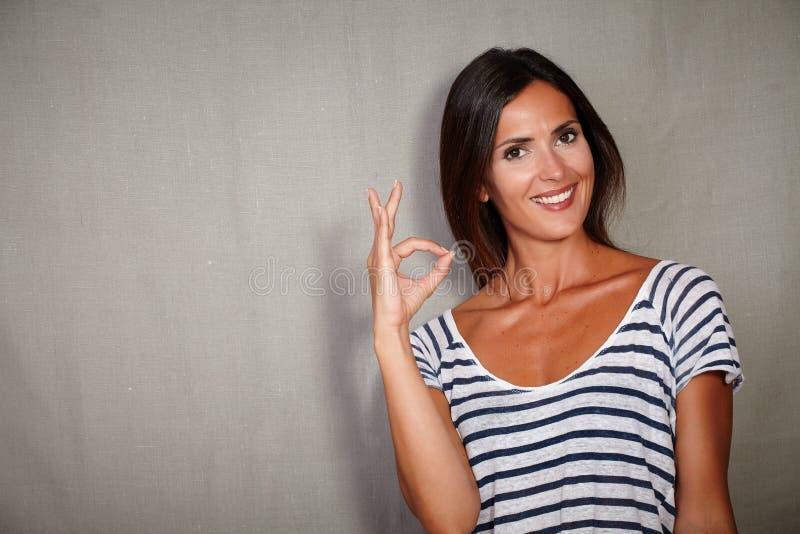 Уверенно молодая женщина поздравляя пока усмехающся стоковое фото rf