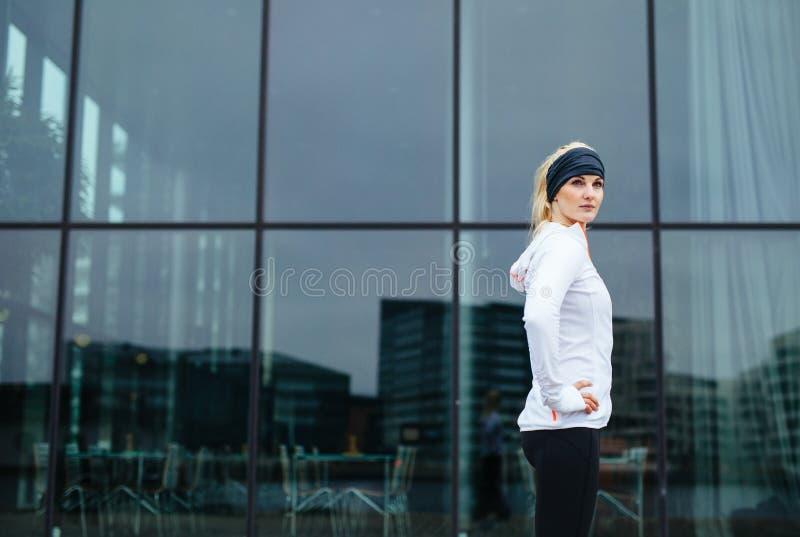 Уверенно молодая женщина фитнеса стоковое изображение rf