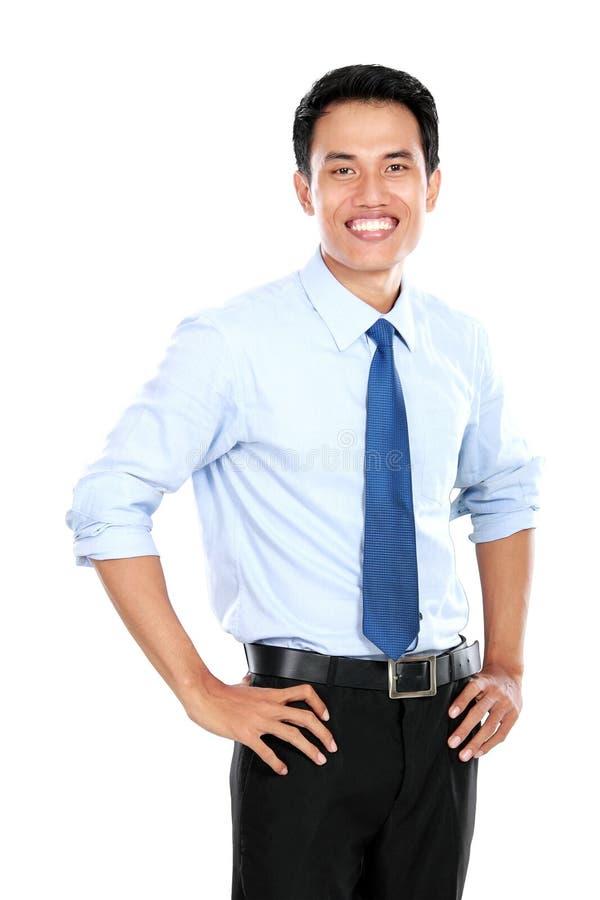 Download Уверенно молодой бизнесмен смотря камеру Стоковое Изображение - изображение насчитывающей счастливо, менеджер: 37927363