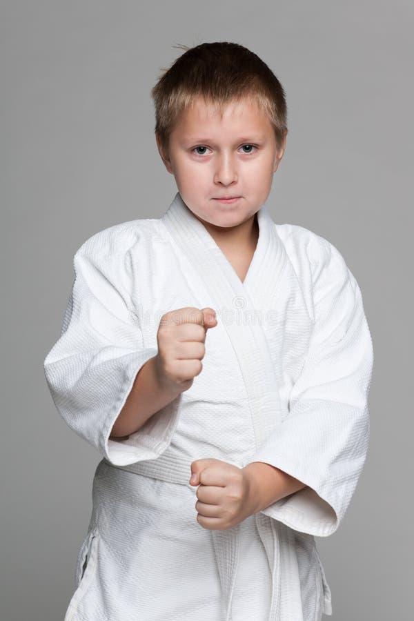 Уверенно молодой мальчик в кимоно стоковые фотографии rf