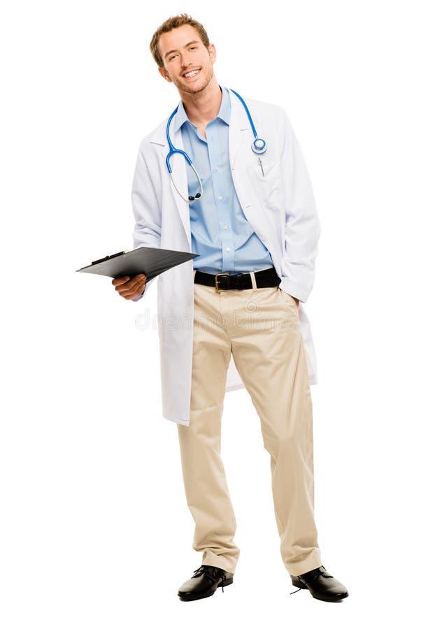 Уверенно молодой мужской доктор держа доску сзажимом для бумаги на белом backgroun стоковая фотография rf