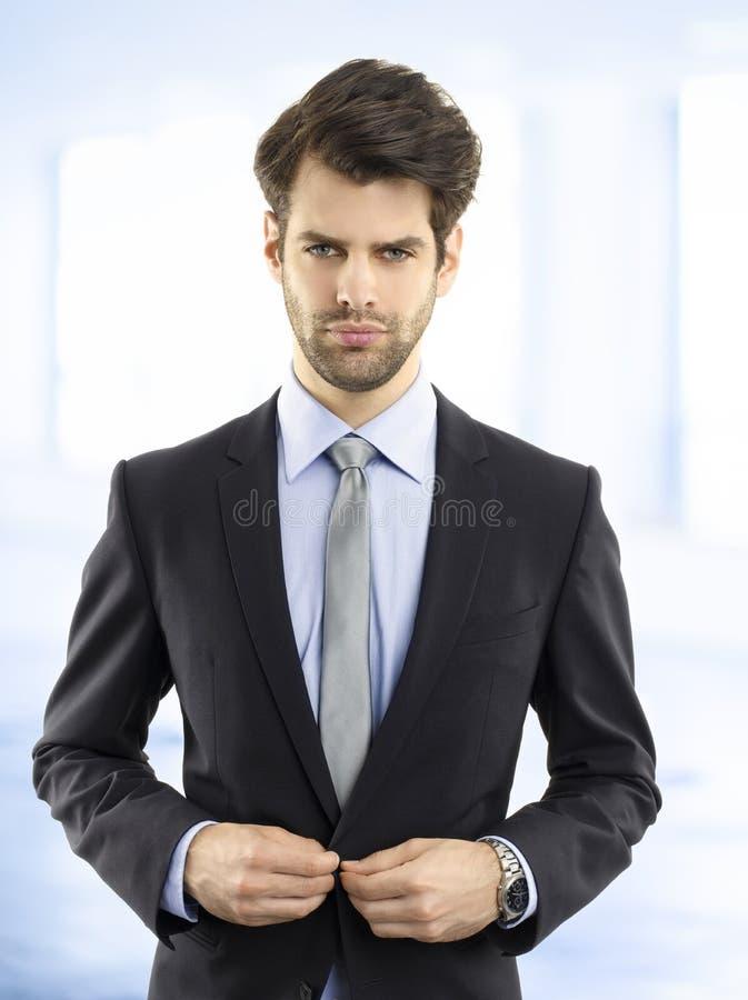 Уверенно молодой портрет бизнесмена стоковые изображения