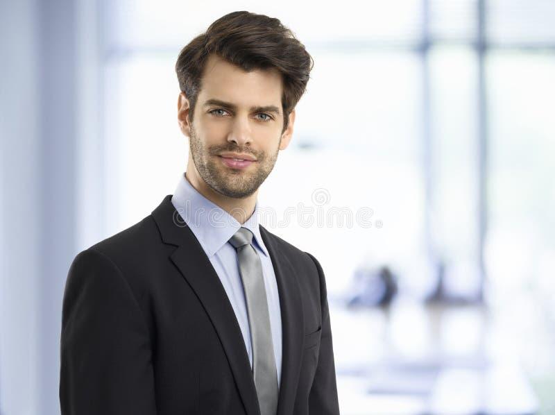 Уверенно молодой портрет бизнесмена стоковые фотографии rf