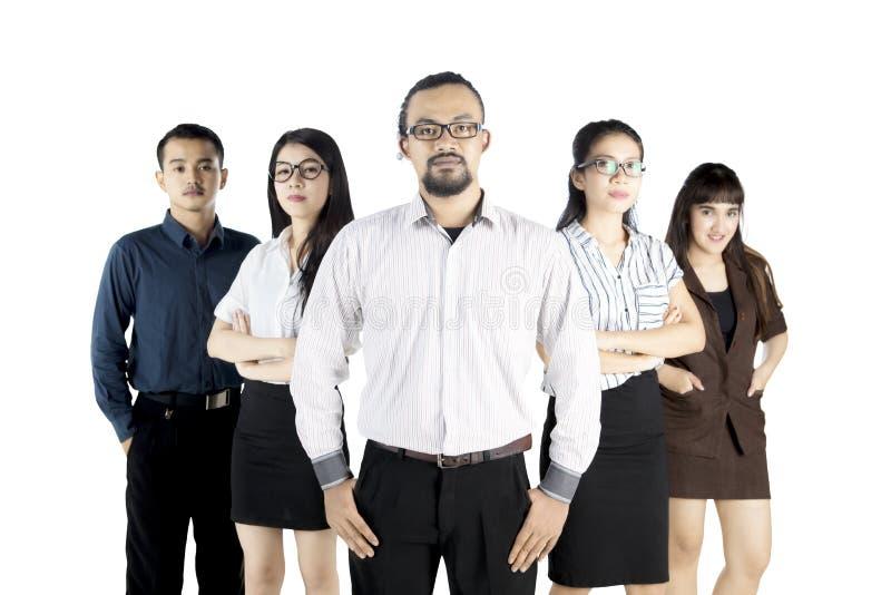 Уверенно молодые работники с их руководителем стоковые фото