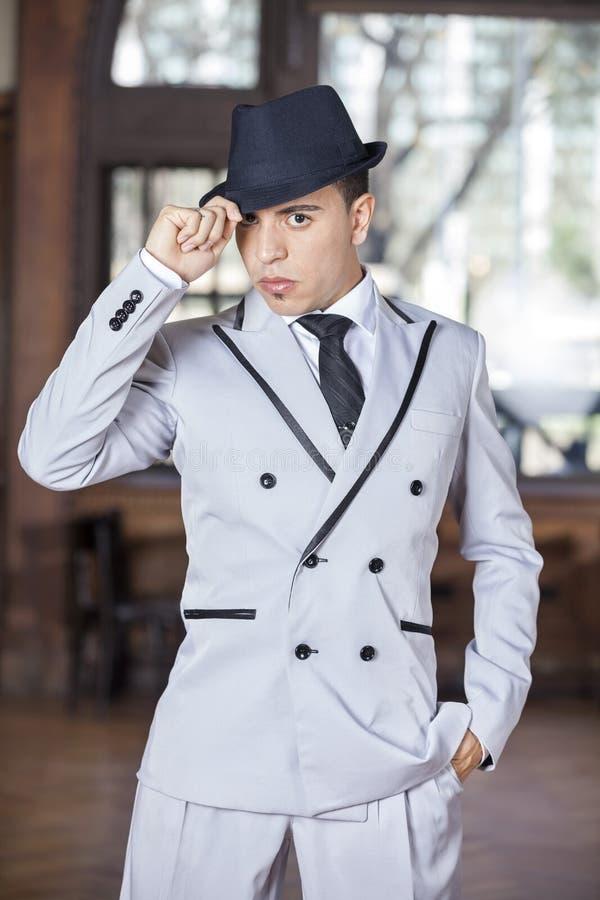 Уверенно мужская держа шляпа пока выполняющ танго стоковое изображение rf