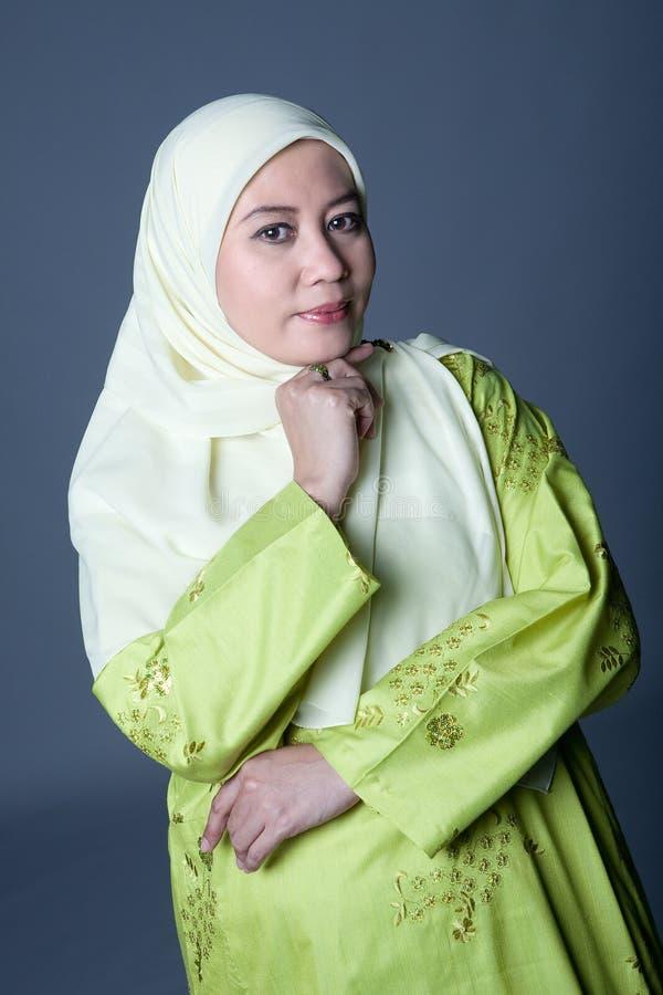 уверенно мусульманская traditionalclothing женщина стоковое изображение