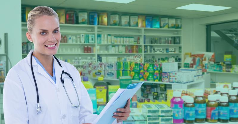 Уверенно доктор стоя на фармации стоковое фото rf
