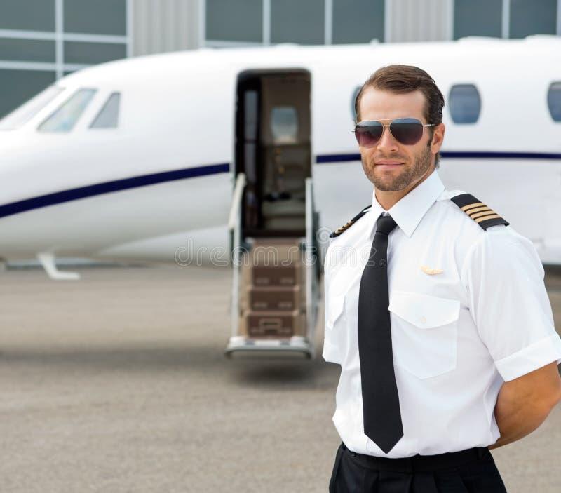 Уверенно пилотные нося солнечные очки стоковые фото