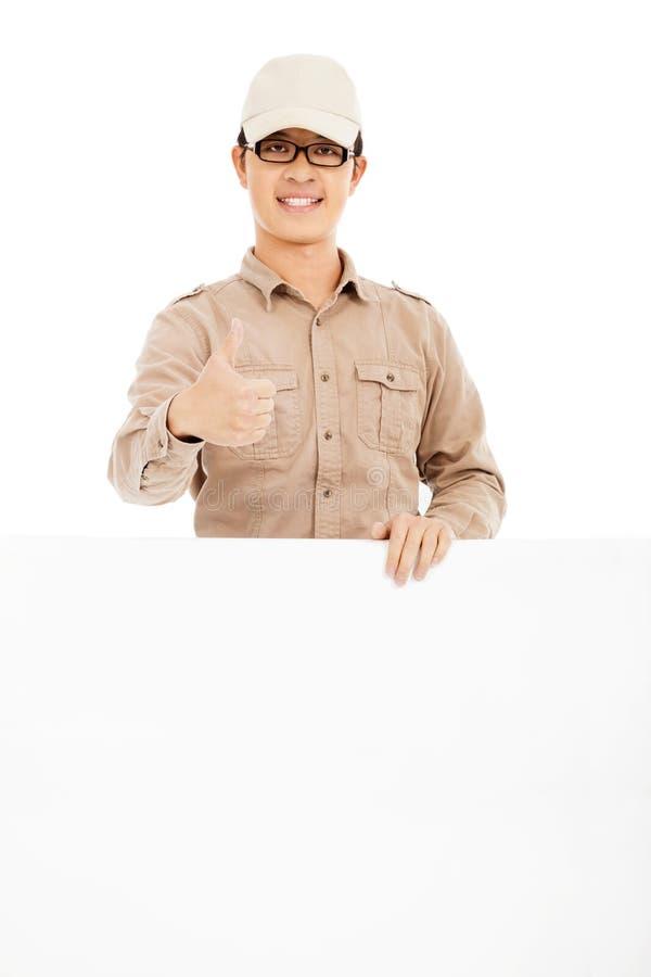 Download Уверенно работник доставляющий покупки на дом держа белую доску и большой палец руки вверх Стоковое Фото - изображение насчитывающей радостно, поставьте: 37925904