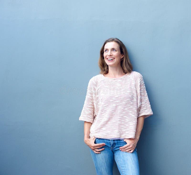 Уверенно расслабленной ультрамодной постаретый серединой усмехаться женщины стоковое изображение rf