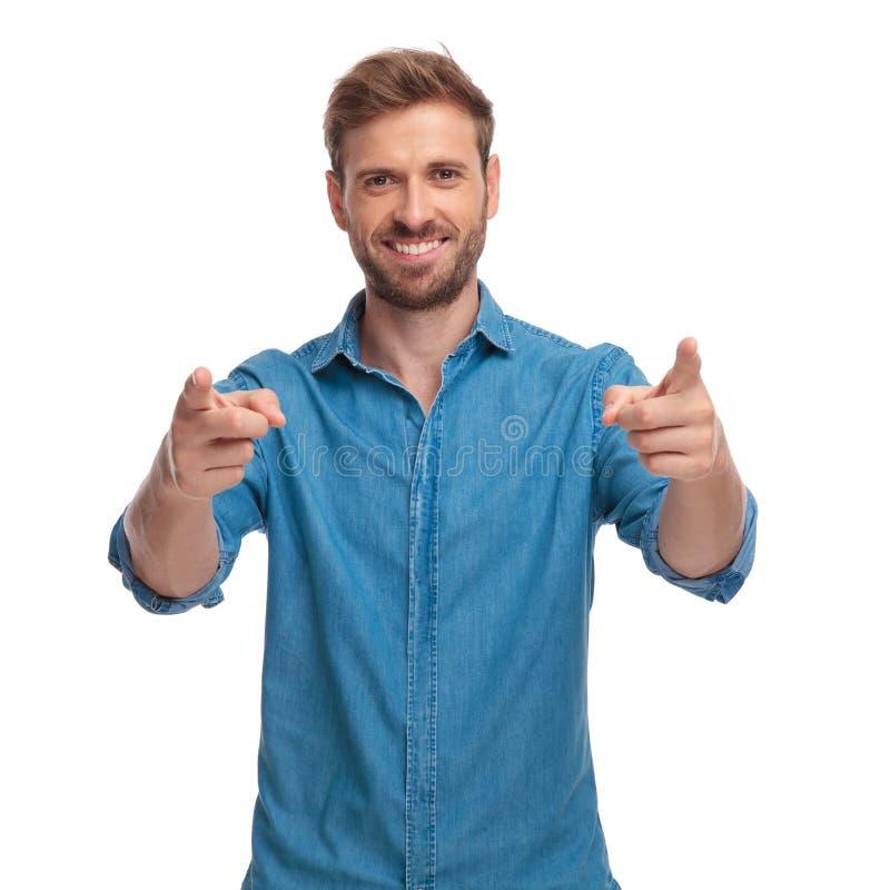 Уверенно счастливый вскользь человек указывает пальцы стоковое изображение rf