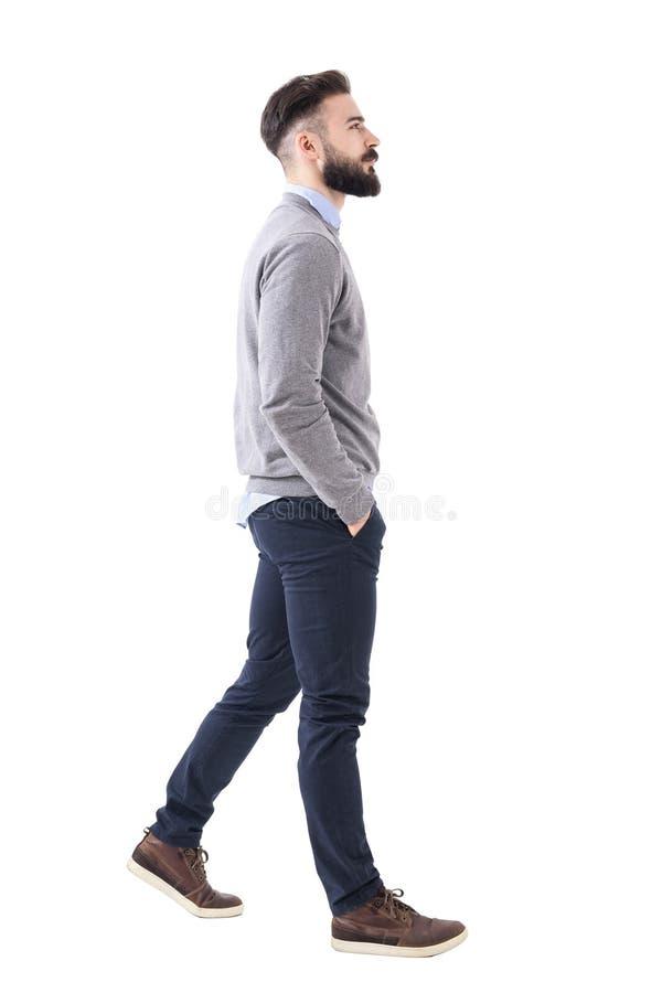Уверенно успешный умный вскользь бизнесмен идя с руками в карманн стоковые фотографии rf