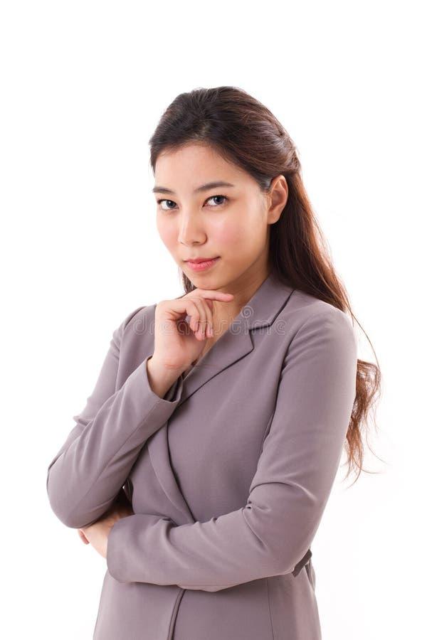 Уверенно, холодная, красивая бизнес-леди стоковые фото
