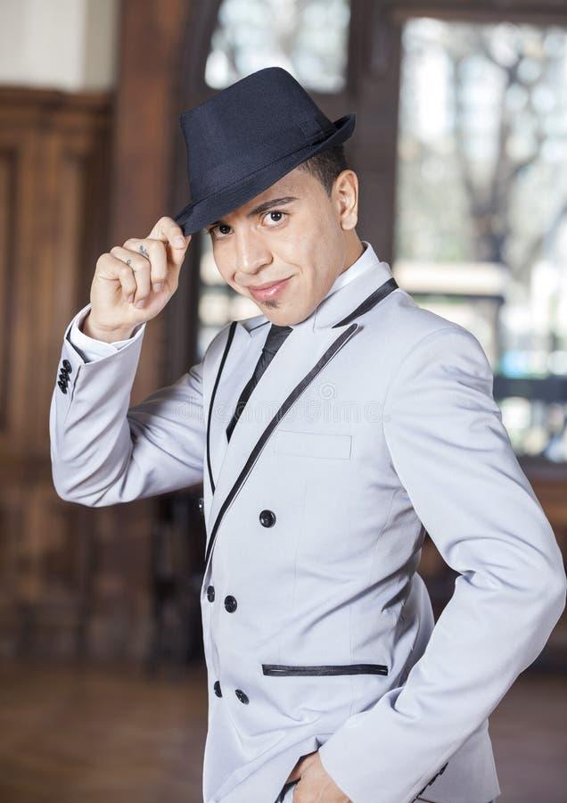 Уверенно человек держа шляпу пока выполняющ танго стоковое фото rf