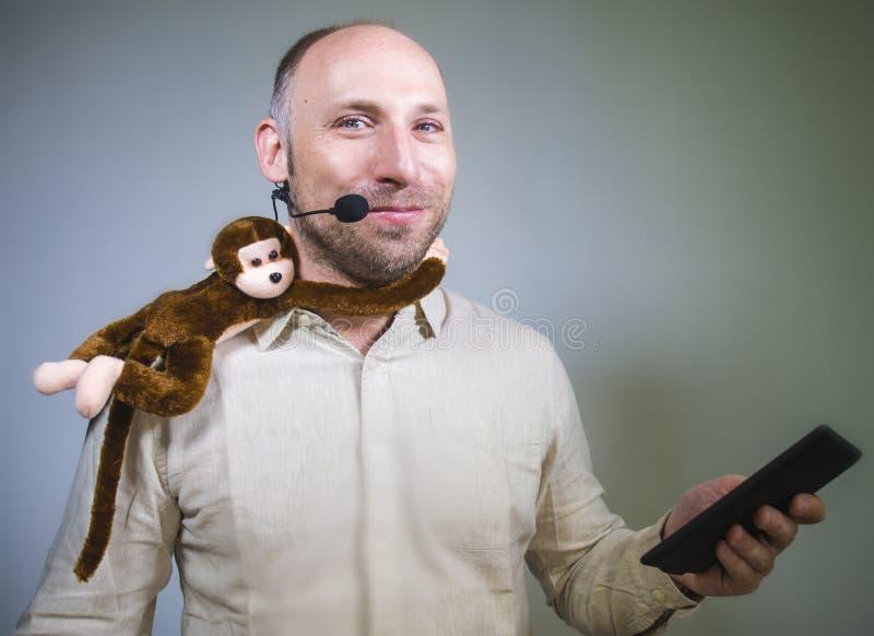 Уверенный бизнесмен говоря на тренировать корпоративного бизнеса и тренируя конференц-зале аудитории говоря об обезьяне дальше стоковые изображения