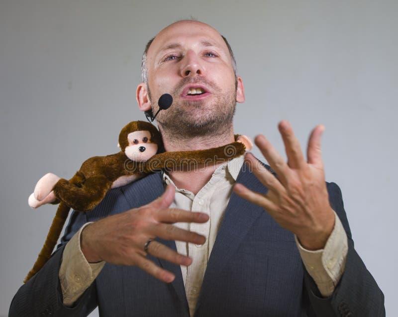 Уверенный бизнесмен говоря на тренировать корпоративного бизнеса и тренируя конференц-зале аудитории говоря об обезьяне дальше стоковое фото