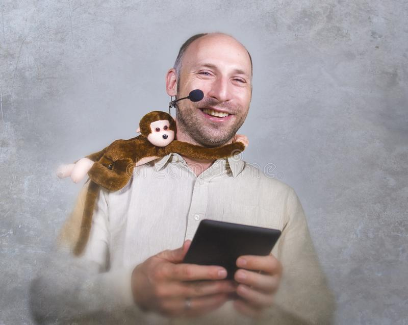 Уверенный бизнесмен говоря на тренировать корпоративного бизнеса и тренируя конференц-зале аудитории говоря об обезьяне дальше стоковое фото rf