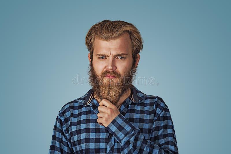 Уверенный идеальный человек стиля причесок держит бороду шоу стоковые фотографии rf