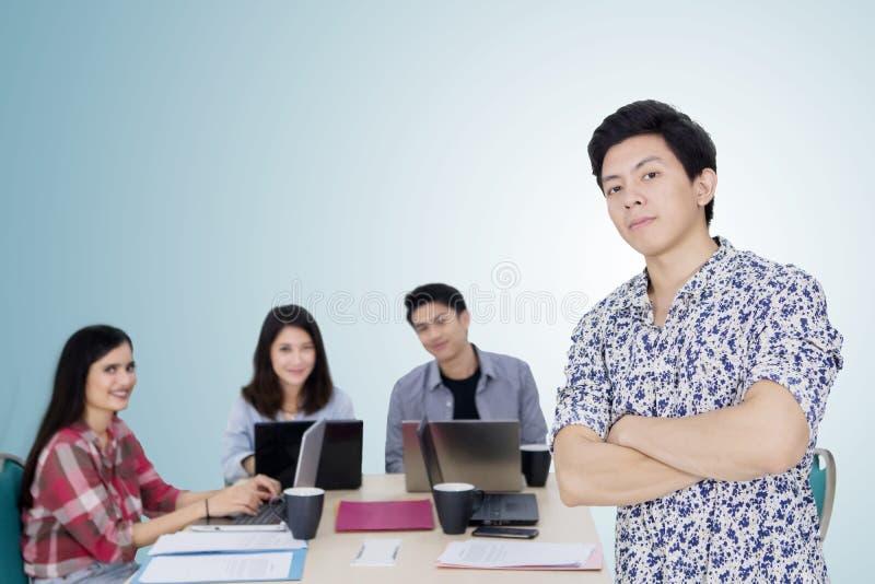 Уверенный мужской предприниматель стоит с его командой стоковая фотография rf