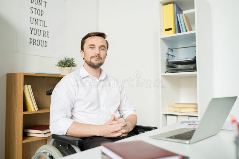 Уверенный неработающий менеджер на офисе стоковые изображения