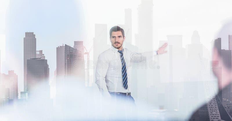 Уверенный руководитель компании на деловой встрече против отражения окна зданий и небоскребов Нью-Йорка Манхэттена стоковая фотография