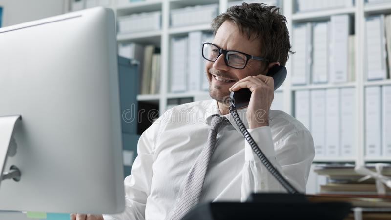 Уверенный счастливый руководитель бизнеса по телефону стоковое фото rf