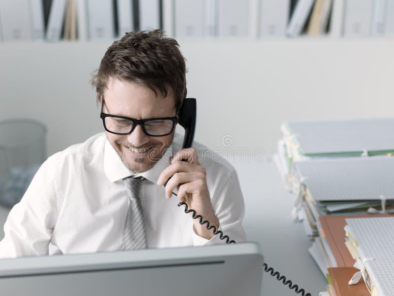 Уверенный счастливый руководитель бизнеса по телефону стоковое изображение