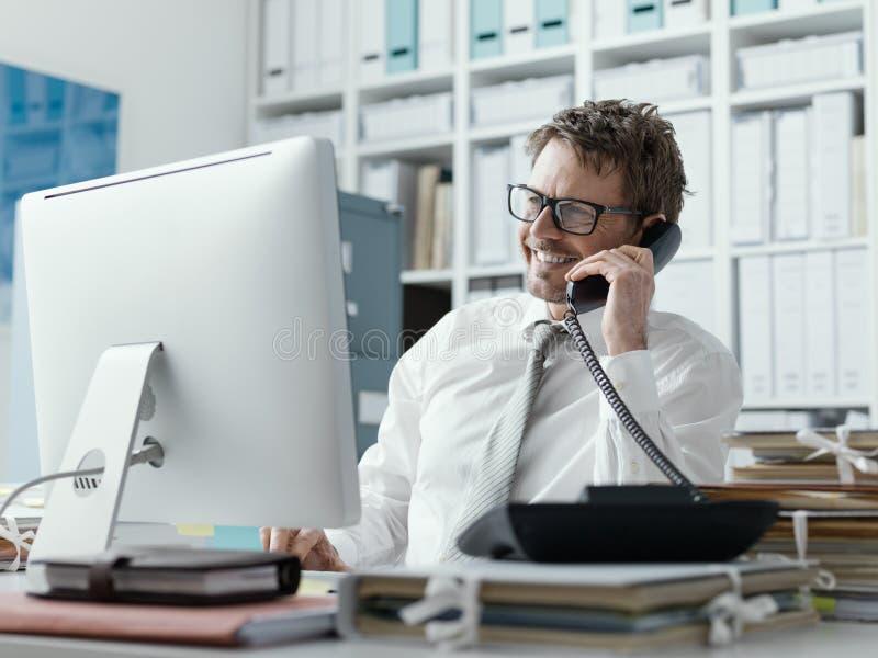 Уверенный счастливый руководитель бизнеса по телефону стоковые фотографии rf