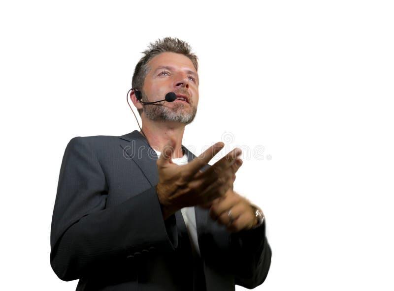 Уверенный успешный человек со шлемофоном говоря на корпоративном бизнесе тренируя и тренируя говоря конференц-зала аудитории стоковое фото rf