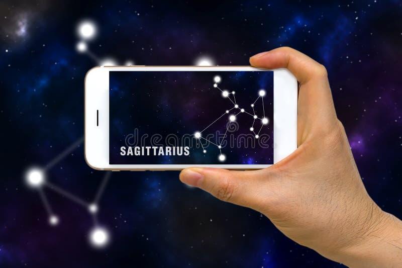 Увеличенная реальность, AR, созвездия App зодиака Стрелца на концепции экрана Smartphone стоковые изображения
