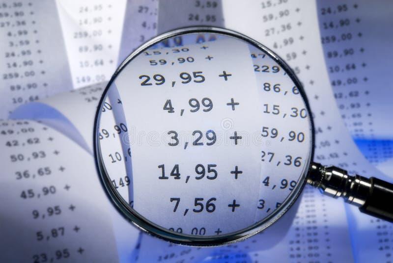 Увеличитель и выписывание счетов стоковые изображения