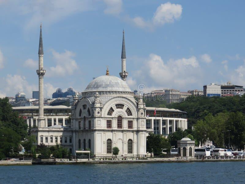 Увиденный от Bosphorus к мечети Dolmabahce, голубое небо, Стамбул стоковое изображение rf