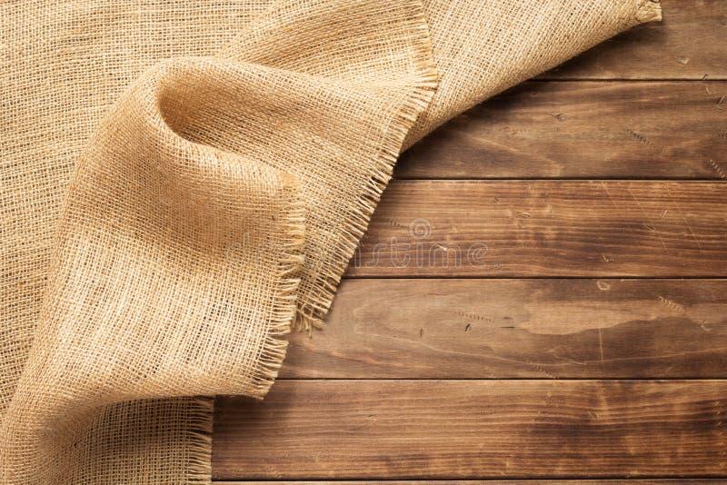 увольнение мешковины гессенское на деревянной предпосылке стоковые фото