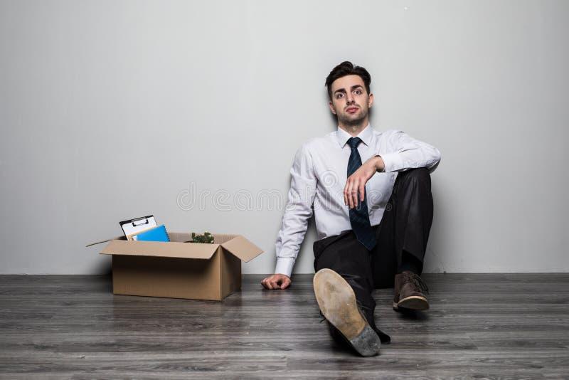Увольнянный унылый человек в костюме сидя на поле в офисе стоковые изображения rf