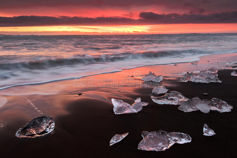 Увольняйте восход солнца jokulsarlon на пляже в Исландии стоковое фото rf