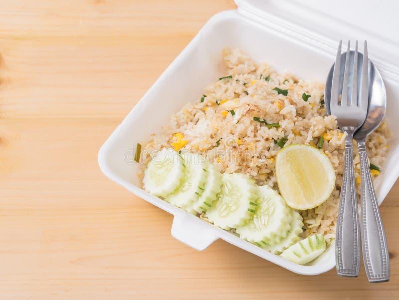 Увольнянный рис с отрезанными огурцом и лимоном, тайской едой стиля в пакете пены стоковые фото
