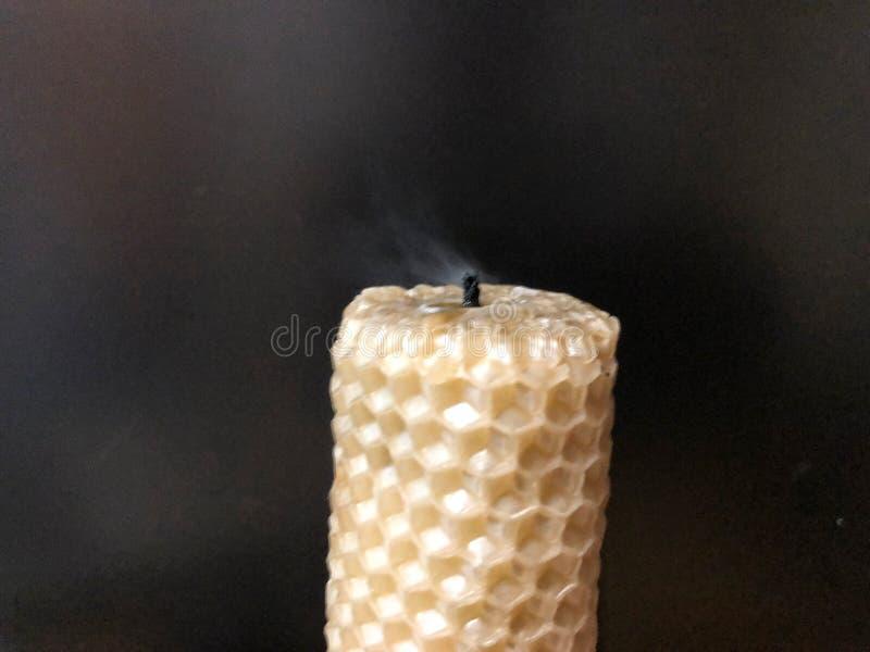 Увядая дым свечи на черной предпосылке стоковое изображение